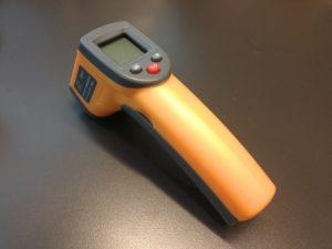 図1.安物市販非接触温度計GS320