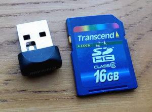 図2.外されたWiFiドングルとSDカード