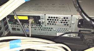 図06.UPS背面のAP9630 Network Management Card 2