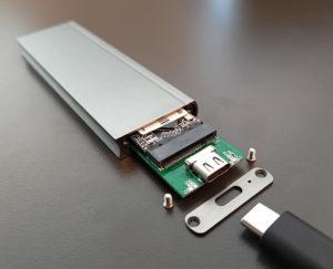 図07.SSDを載せた基板をエンクロージャへ