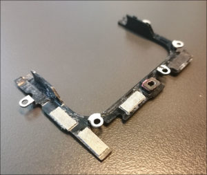 図08.Zenfone7 フリップフレームに残る塩跡